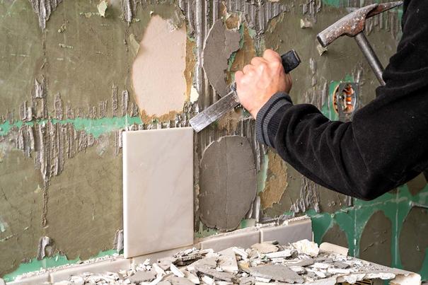 comment retirer un carrelage sur un mur de beton avec un marteau et un burin